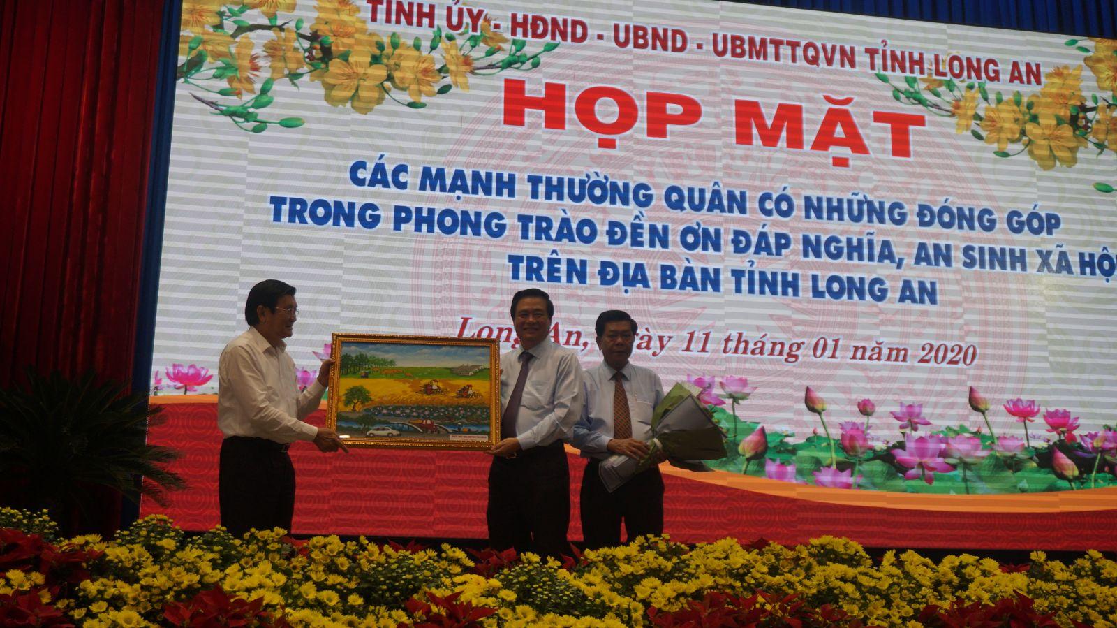 Lãnh đạo tỉnh tặng quà lưu niệm Nguyên Chủ tịch nước Trương Tấn Sang