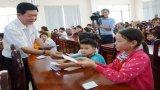 Chủ tịch UBND tỉnh Long An - Trần Văn Cần tặng quà tết cho trẻ em có hoàn cảnh khó khăn tại TP.Tân An