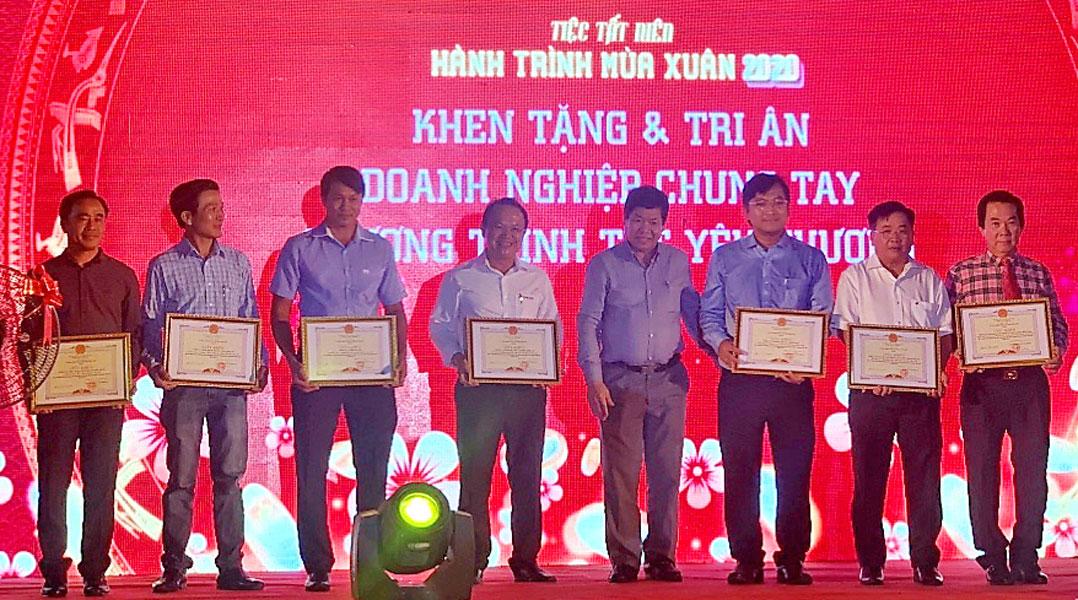 """Chủ tịch UBND huyện Bến Lức - Trần Văn Tươi trao giấy khen cho các doanh nghiệp chung tay chương trình """"Xuân yêu thương"""""""