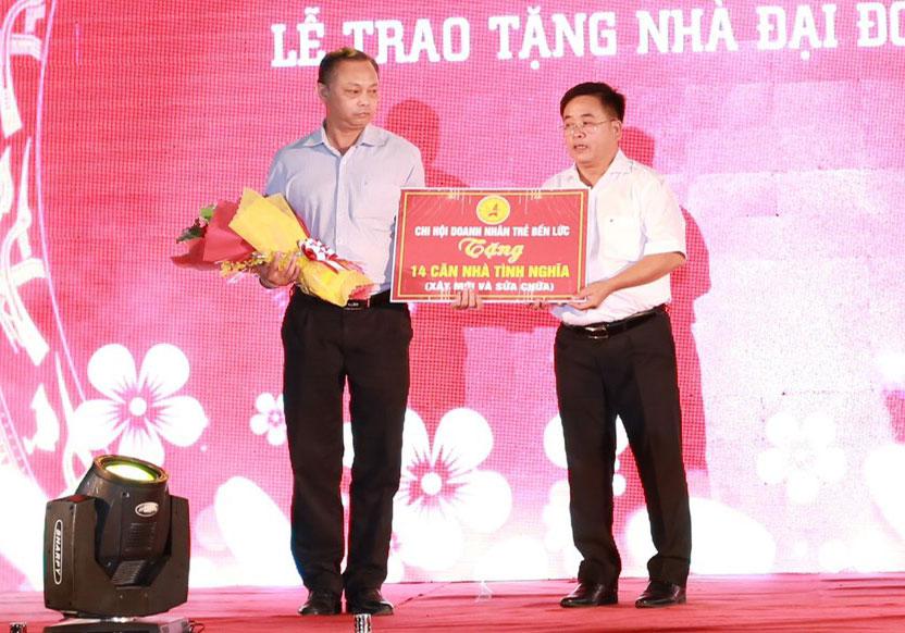 Chủ tịch Chi hội Doanh nhân trẻ Huyện Bến Lức – Võ Thanh Tú trao bảng tượng trưng 14 căn nhà tình nghĩa cho huyện Bến Lức