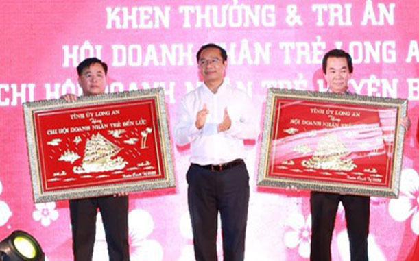 Phó Bí thư Thường trực Tỉnh ủy - Nguyễn Văn Được trao quà tri ân cho Hội Doanh nhân trẻ tỉnh Long An và Chi Hội Doanh nhân trẻ Bến Lức
