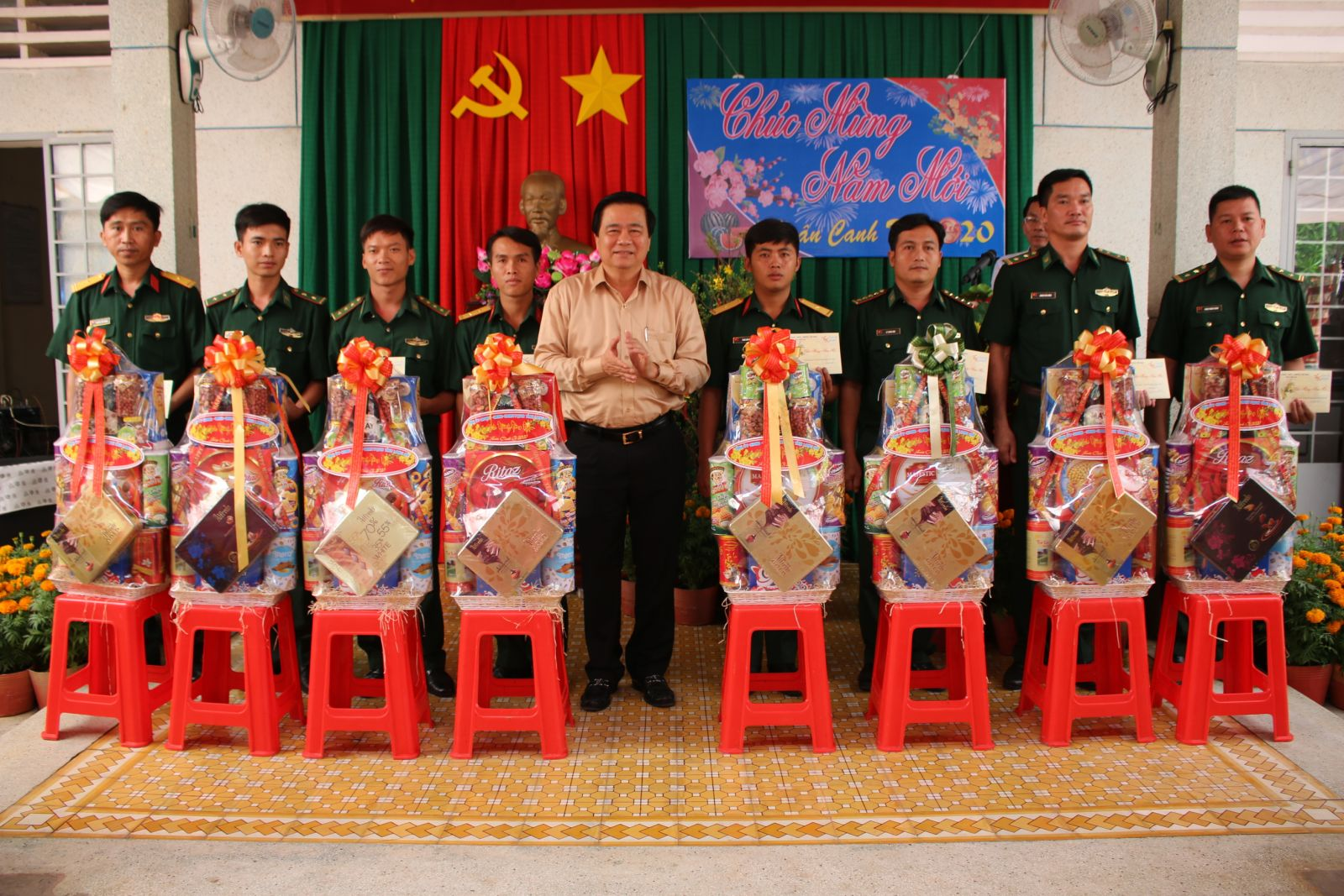 Secretary of the Provincial Party Committee, Chairman of the Provincial People's Council - Pham Van Ranh presents Tet gifts to units