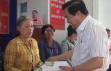 Bí thư Tỉnh ủy tặng quà tết tại thị trấn Hậu Nghĩa