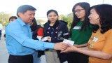 Liên đoàn Lao động tỉnh Long An tặng vé xe cho công nhân, lao động về quê đón tết