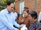 Phó Chủ tịch UBMTTQVN tỉnh Long An tặng quà tết cho hộ nghèo huyện Tân Hưng