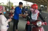 Thanh niên Bến Lức phát nước, vá xe miễn phí trong những ngày cao điểm tết