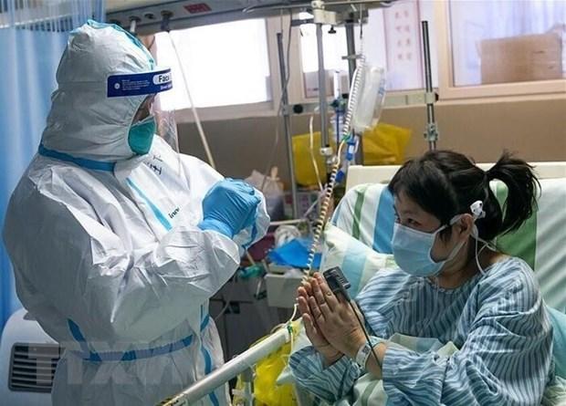 Nhân viên y tế điều trị cho bệnh nhân nhiễm virus corona tại bệnh viện thành phố Vũ Hán, tỉnh Hồ Bắc, Trung Quốc, ngày 24/1/2020. (Ảnh: IRNA/TTXVN)