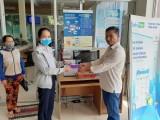 Ngành điện Long An: Tặng khẩu trang y tế cho khách hàng đến giao dịch