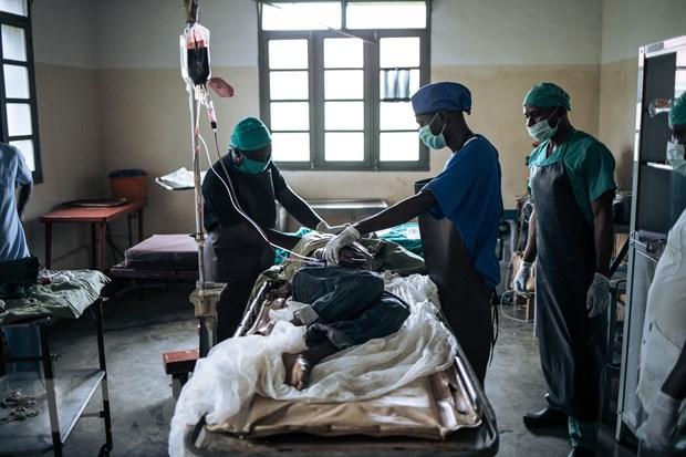 Chăm sóc nạn nhân bị thương trong một vụ tấn công do nhóm vũ trang AF thực hiện. (Ảnh: AFP/TTXVN)