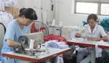 Trang bị khẩu trang vải cho nhân viên y tế tại Bệnh viện Đa khoa Long An