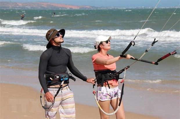 Hướng dẫn du khách chơi lướt vãn diều trên biển Mũi Né- Bình Thuận. (Ảnh: Hồng Hiếu/TTXVN)