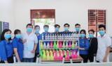 Trường THPT Hậu Nghĩa sản xuất nước rửa tay khô diệt khuẩn