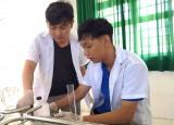 Thầy giáo trẻ pha chế nước rửa tay sát khuẩn theo công thức của WHO