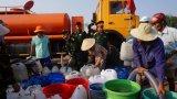Bộ đội chở nước ngọt cấp cho người dân vùng thiếu nước vì hạn mặn