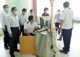 Bố trí phiên dịch 3 ngôn ngữ hỗ trợ công tác kiểm dịch y tế