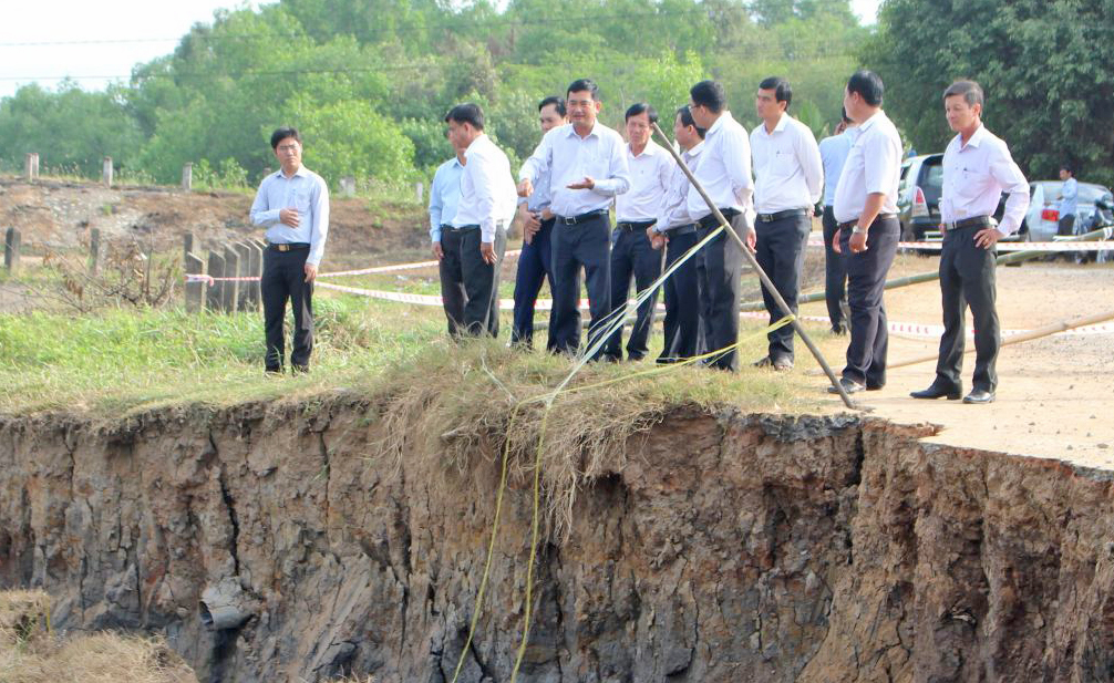 Vice Chairman of the Provincial People's Committee - Pham Van Canh surveys the practical situation of subsidence and landslides in Tan Tru district