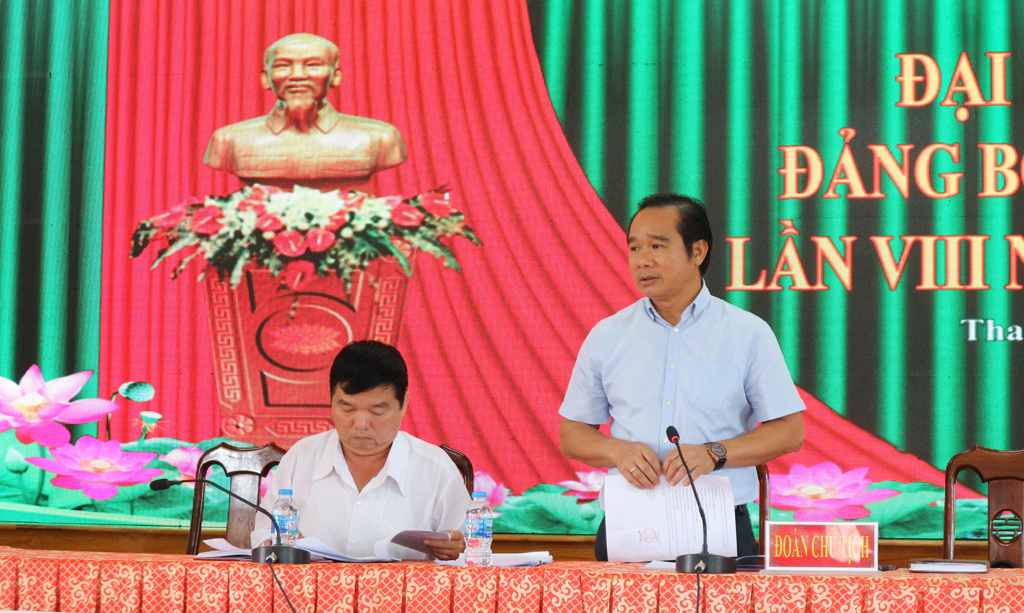 Standing Deputy Secretary of Long An Party Committee - Nguyen Van Duoc (R) requests Thanh Phu commune to proactively prepare contingency plans, so as not to make mistakes in the congress