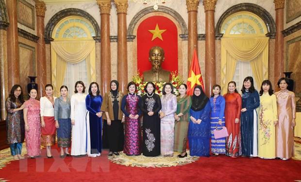 Phó Chủ tịch nước Đặng Thị Ngọc Thịnh với các đại biểu. (Ảnh: Phương Hoa/TTXVN)