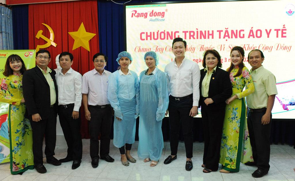 Công ty Cổ phần Rạng Đông Healthcare thuộc Tập đoàn Rạng Đông (Rạng Đông Holding) thực hiện chương trình tặng 14.000 áo cách ly và nón bảo hộ sử dụng 1 lần cho các bệnh viện, cơ sở y tế tại tỉnh Long An