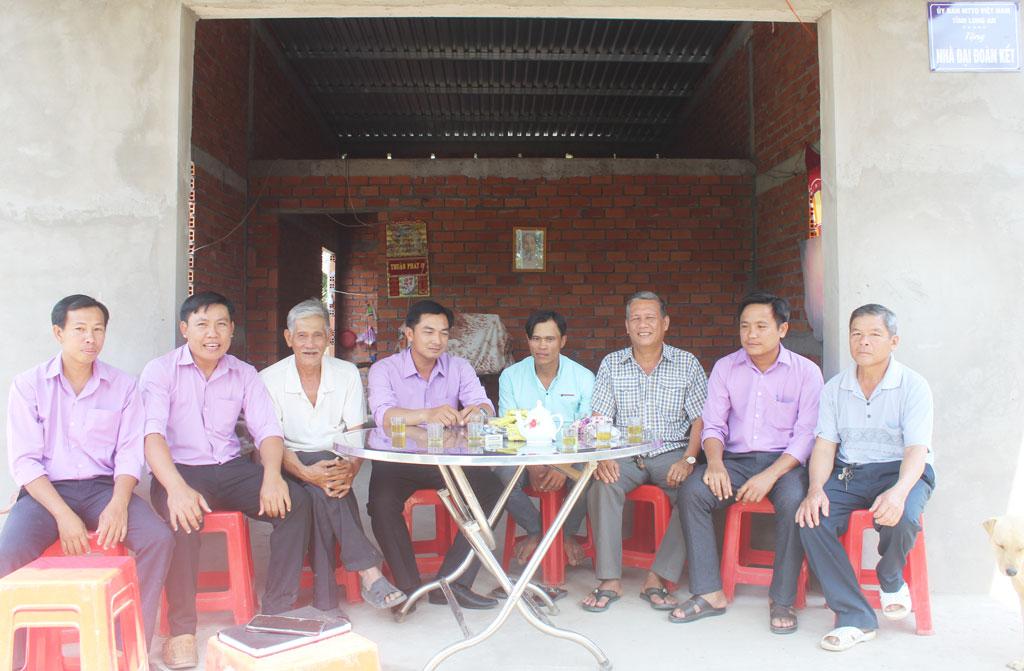 Anh Diệp Văn Cược (thứ 4, phải qua) là 1 trong 2 hộ nghèo huyện Mộc Hóa chủ động viết đơn ra khỏi hộ nghèo