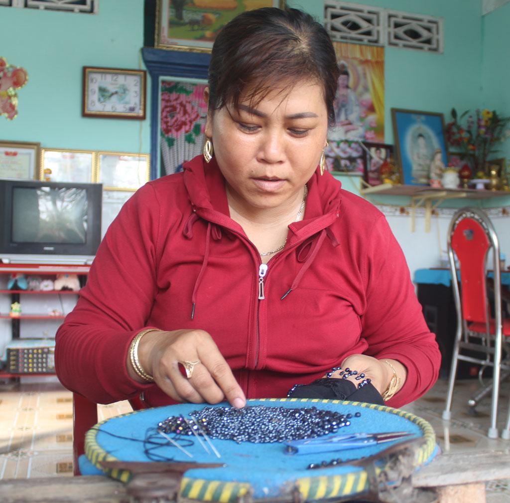 Công việc kết cườm góp phần giải quyết việc làm cho phụ nữ nhàn rỗi ở địa phương