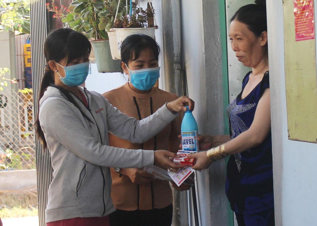 Hội Liên hiệp Phụ nữ xã Long Định và chủ nhà trọ phát tờ rơi, xà phòng, nước tẩy,... cho công nhân thuê trọ