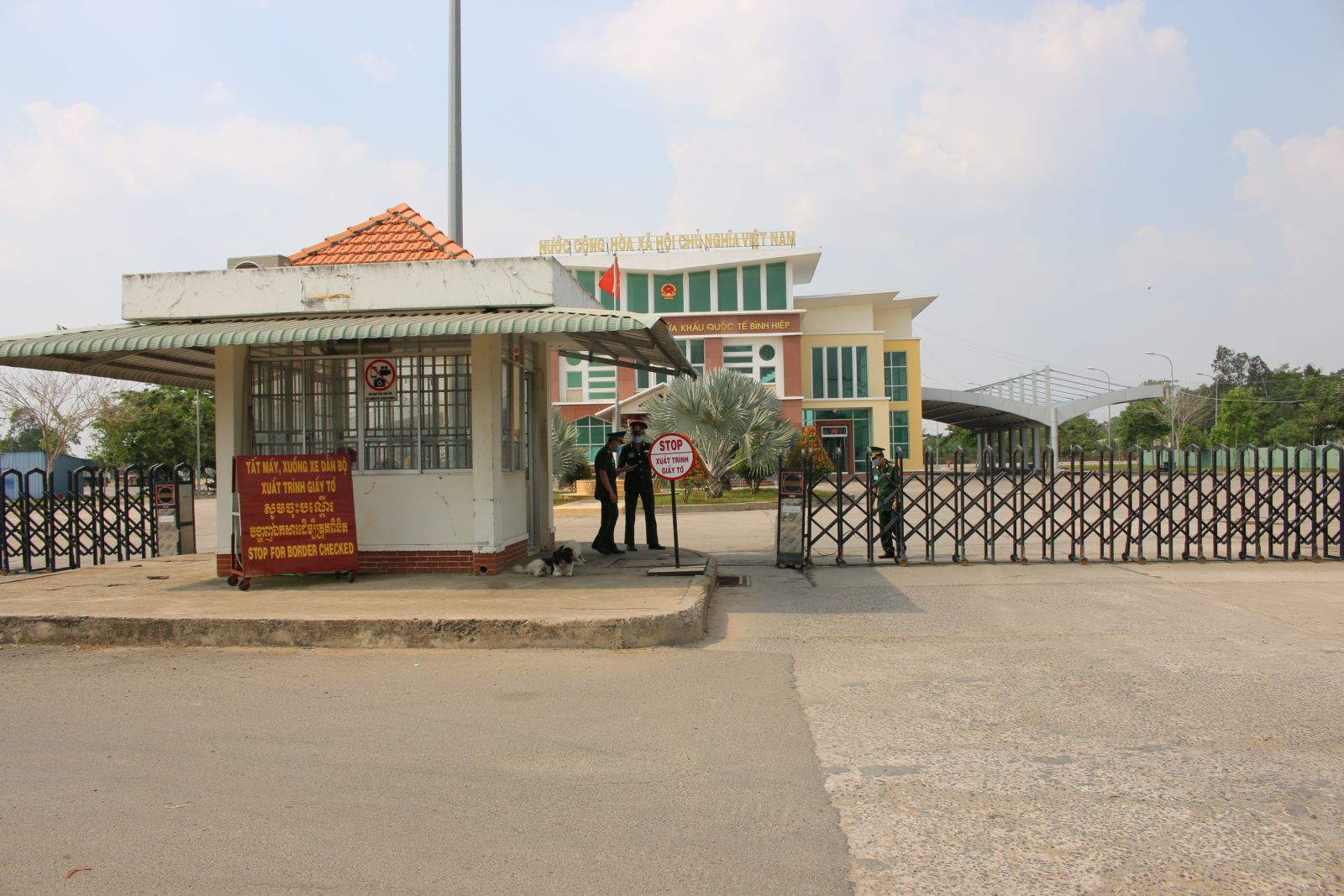 Binh Hiep International Border Gate is quiet, there is no longer the scene of busy people traveling and doing business like before