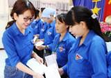 Đoàn cơ sở Công ty Cổ phần May Xuất khẩu Long An tặng quà cho đoàn viên khó khăn