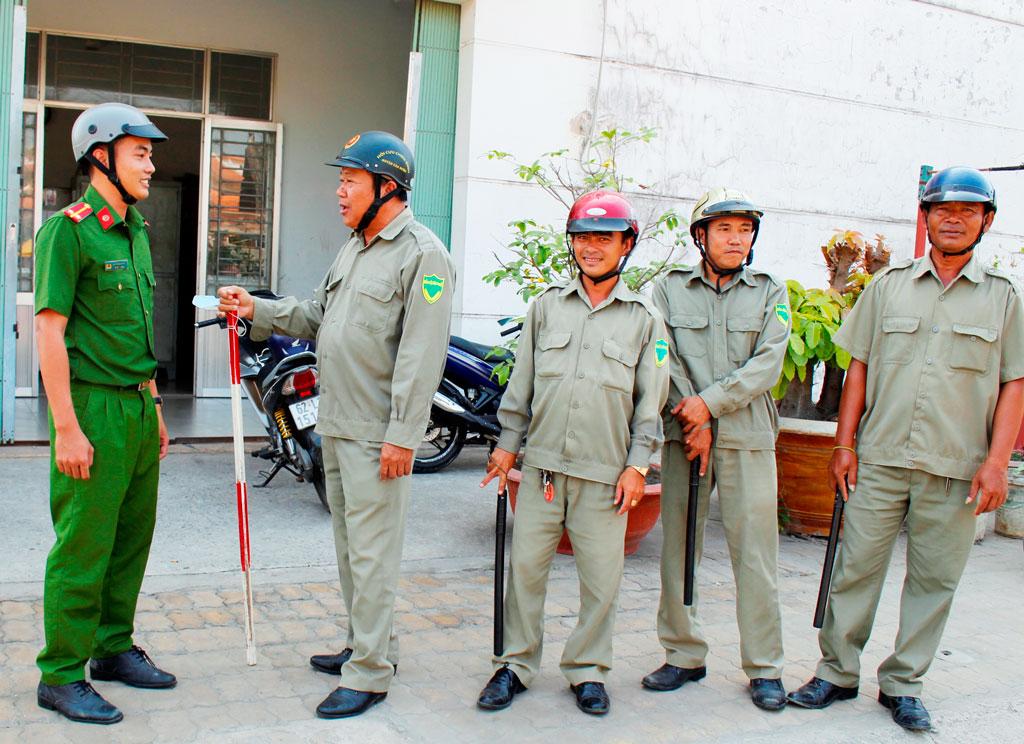 Ông Trần Xuân Hùng (thứ 2, trái qua) cùng thành viên Ban Bảo vệ dân phố tuần tra khu vực