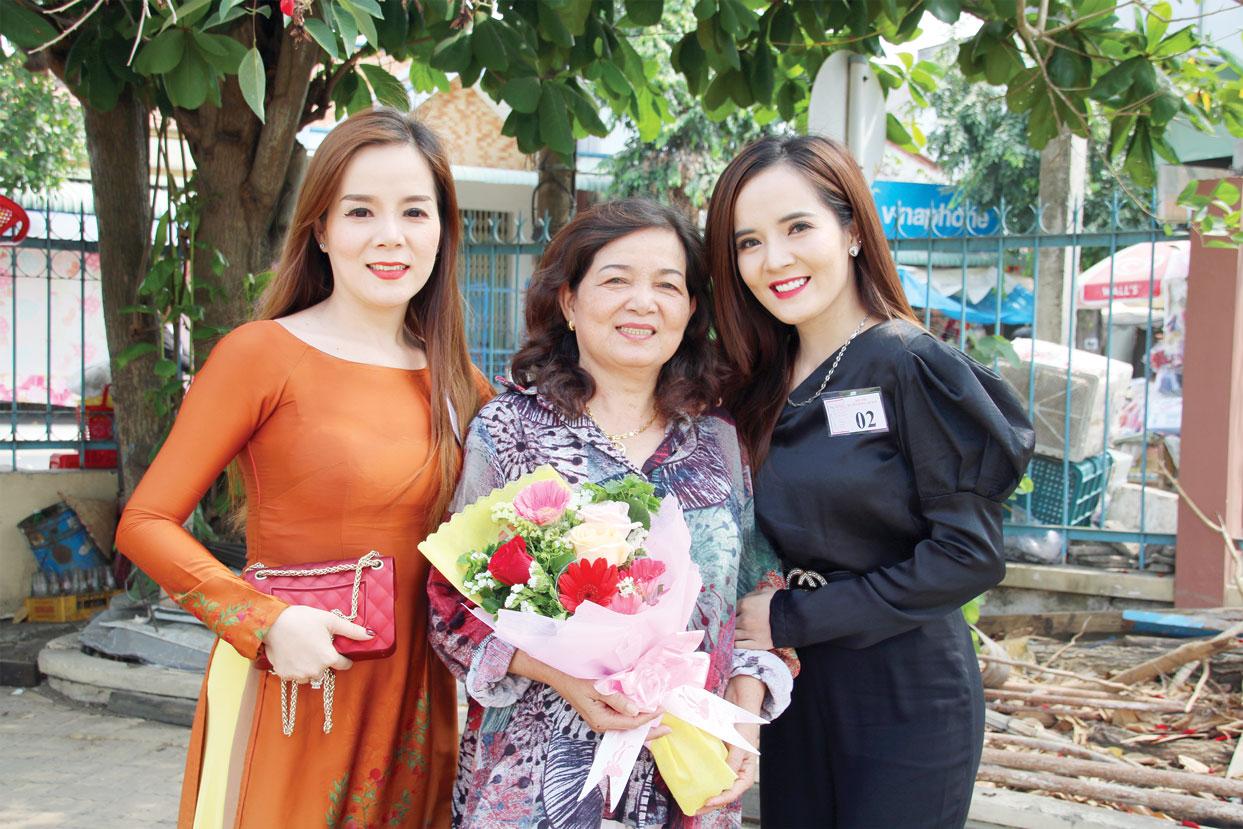 Bà Trịnh Thúy Phượng bên cạnh 2 cô con gái lớn