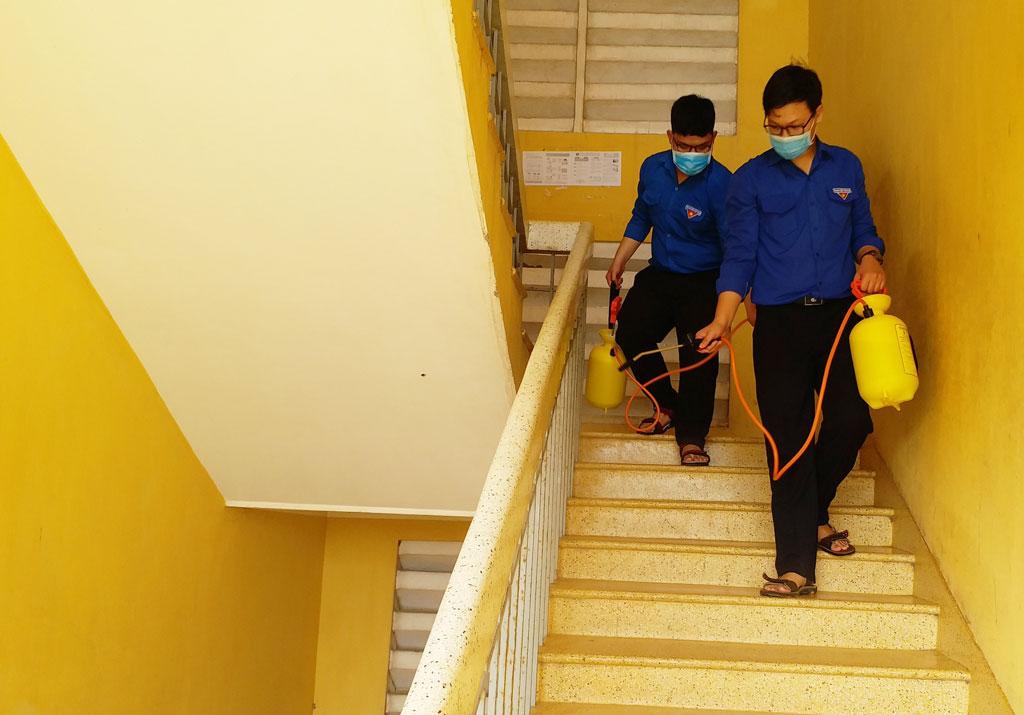 Trường học được phun thuốc diệt khuẩn, khử trùng nhằm bảo đảm môi trường an toàn cho học sinh