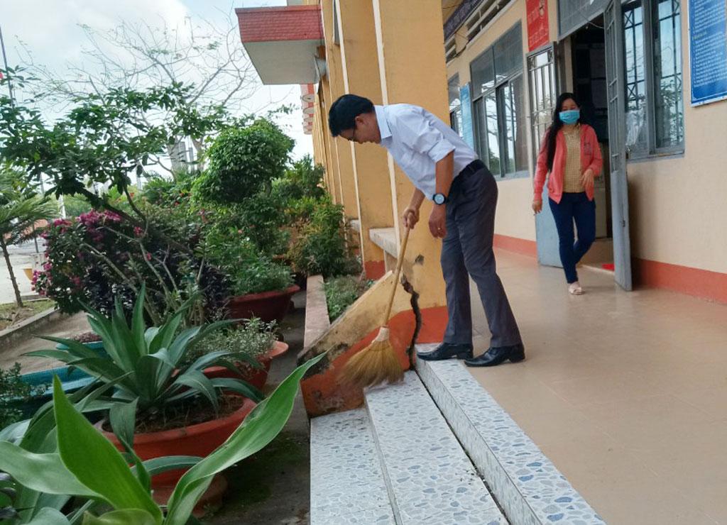 Vệ sinh khuôn viên trường học Các trường thường xuyên vệ sinh đồ dùng, đồ chơi của học sinh