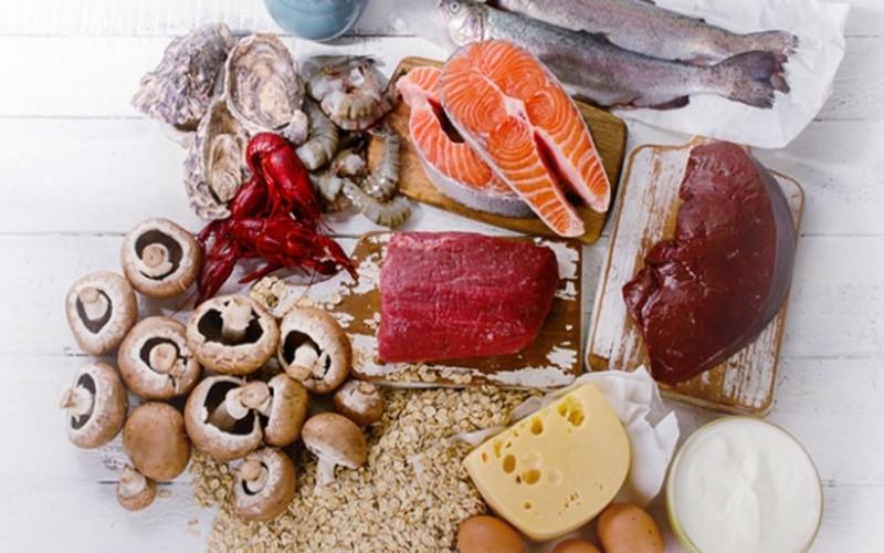 Thực phẩm cung cấp vitamin B12: Người già thường dễ bị thiếu hụt vitamin B12 vì họ khó hấp thụ loại vitamin này từ thực phẩm. Nhưng cách tốt nhất vẫn là cố gắng ăn nhiều các thực phẩm giàu B12 như cá, thịt gia cầm, trứng, sữa và các sản phầm từ sữa...