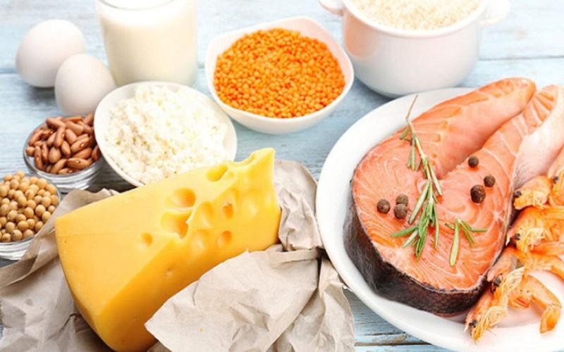 Thực phẩm giúp hấp thụ vitamin D: Ở người lớn tuổi, loãng xương do thiếu vitamin D là bệnh lý thường gặp. Những thực phẩm giàu vitamin D gồm: cá hồi, cá ngừ, trứng, ngũ cốc, sữa, một số loại sữa chua, nước ép.