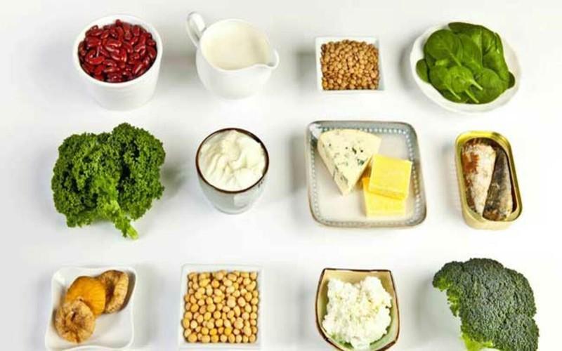 Thực phẩm giúp bổ sung canxi: Canxi đóng nhiều vai trò trong cơ thể nhưng quan trọng nhất là để củng cố và duy trì xương chắc khỏe. Các nguồn canxi tốt nhất cho cơ thể gồm sữa và các chế phẩm từ sữa.