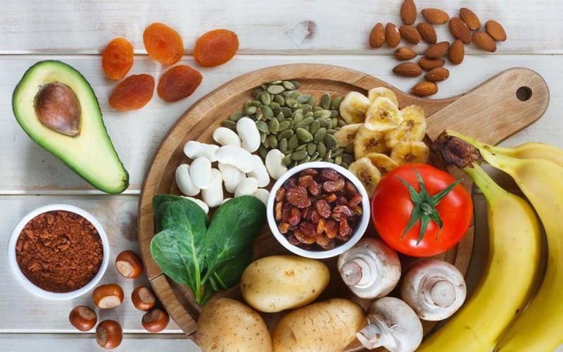 Thực phẩm cung cấp kali: Nhiều người cao tuổi lại không được cung cấp đủ lượng kali thiết yếu hàng ngày. Để khắc phục điều này, người già nên ăn nhiều trái cây và rau quả giàu kali như bơ, mận, khoai tây…
