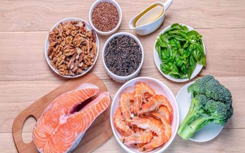 Thực phẩm giàu chất béo Omega-3: Omega-3 có thể làm giảm nguy cơ mắc bệnh Alzheimer và thậm chí có thể duy trì trí nhớ tuổi già. Cá hồi, cá ngừ, cá mòi và cá thu đặc biệt có nhiều chất béo omega-3.