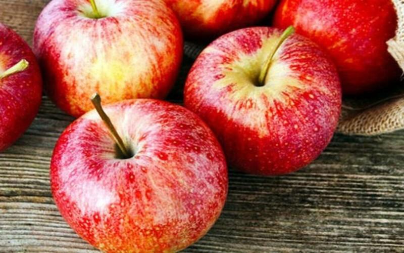 Một quả táo tuy chứa ít calo, song lại giàu quertecin - chất chống oxy hóa giúp phòng ngừa quá trình thoái hóa tế bào não dẫn đến bệnh Alzheimer.