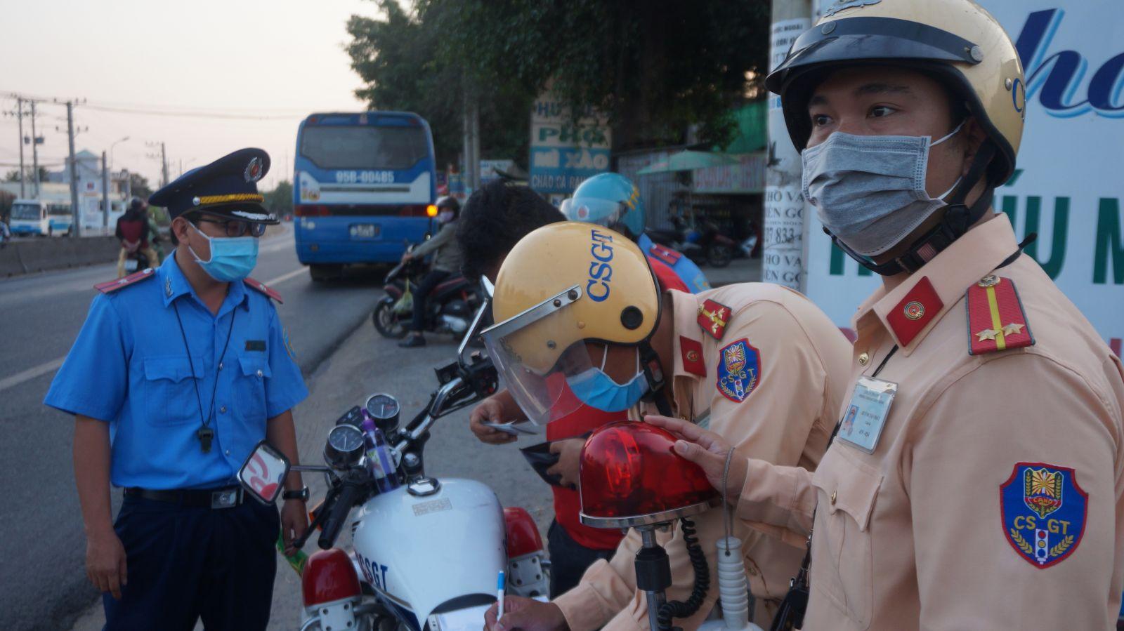 Cảnh sát giao thông kiểm tra xe công nhân thực hiện quy định phòng, chống dịch Covid-19