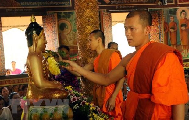 Các sư sãi thực hiện nghi thức tắm Phật tại chùa Khmer. (Ảnh: Trung Hiếu/TTXVN)