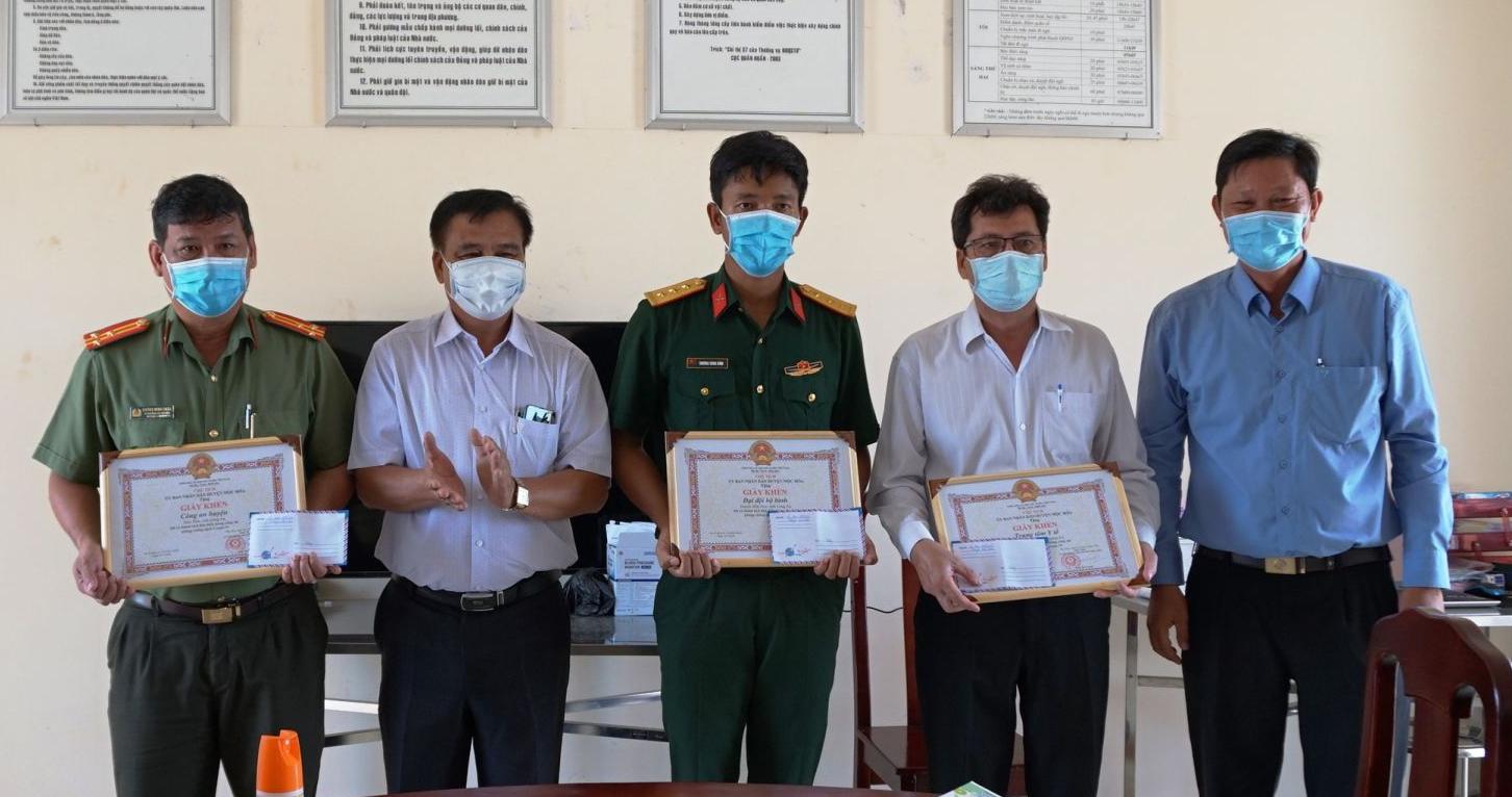 Bí thư Huyện ủy Mộc Hóa - Dương Văn Tuấn (áo trắng) tặng giấy khen cho đại diện các tập thể