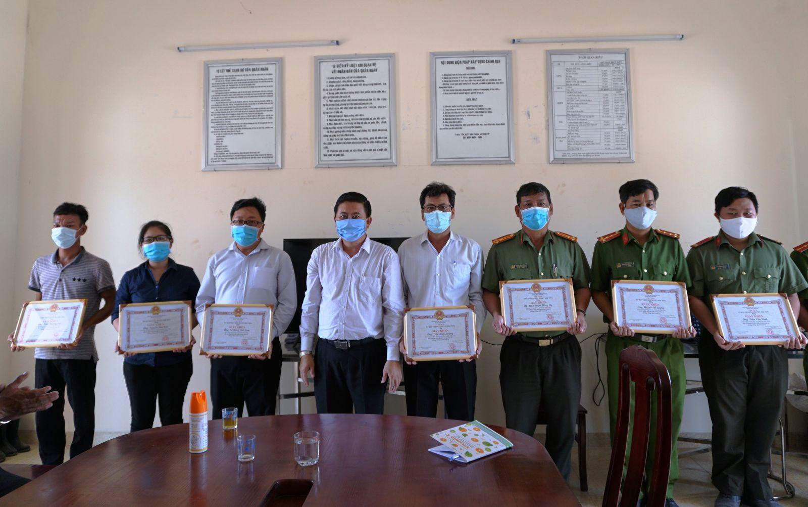 Chủ tịch UBND huyện Mộc Hóa - Lâm Hòa Xứng tặng giấy khen cho các cá nhân