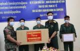 Quân khu 7 tặng vật tư y tế chống dịch COVID-19 cho Quân đội Campuchia