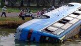Long An: Xe chở công nhân lật xuống ao nước