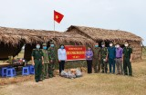 Nguyên Phó Chủ tịch UBND tỉnh Long An - Trần Thị Nhanh tặng quà chốt biên phòng