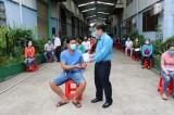 Liên đoàn Lao động tỉnh Long An Trao tiền hỗ trợ công nhân, lao động bị ảnh hưởng dịch bệnh Covid -19