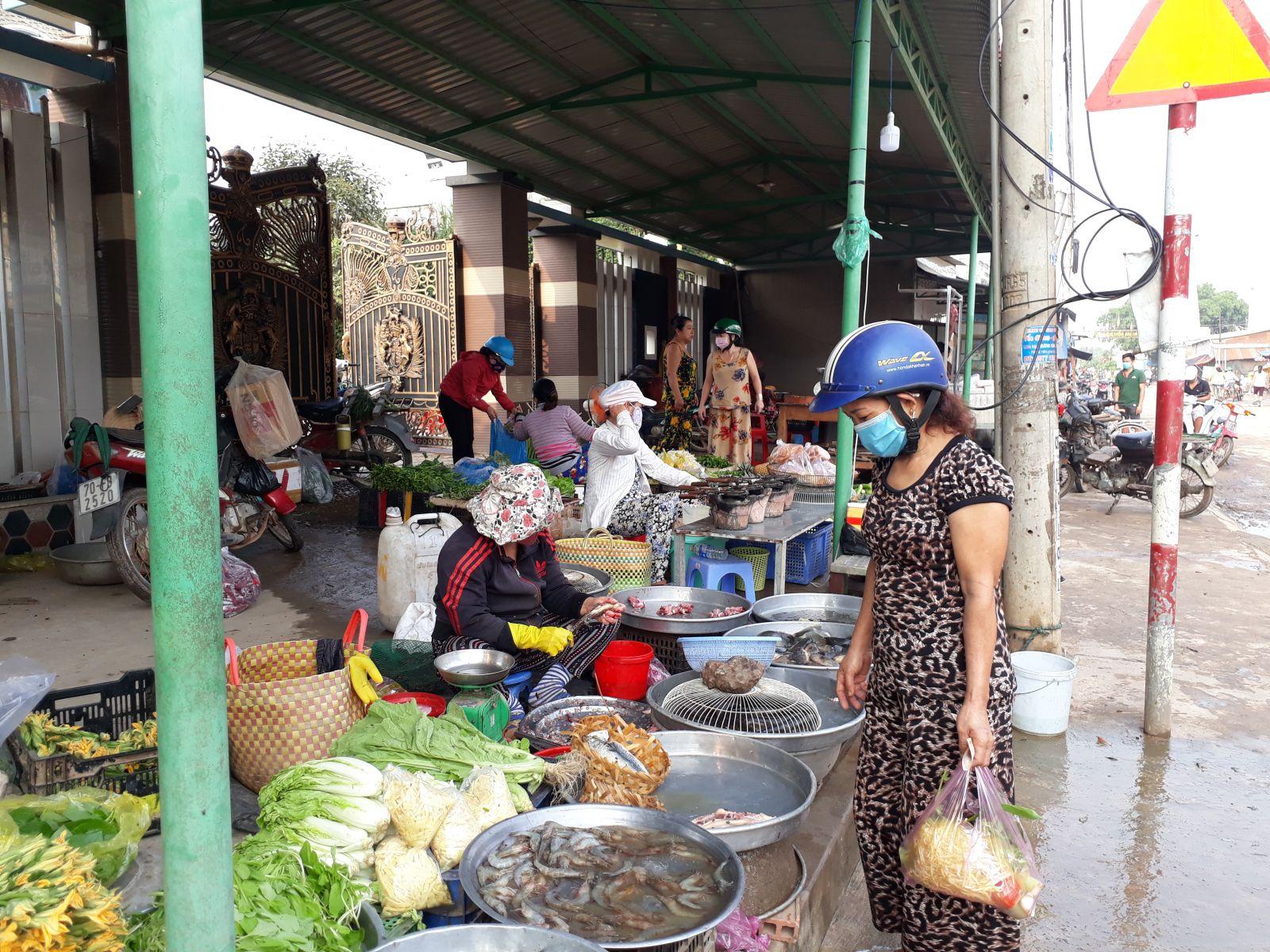 Người dân và tiểu thương ở chợ nông thôn chấp hành tốt Chỉ thị 16 của Thủ tướng Chính phủ trong phòng, chống dịch bệnh Covid -19