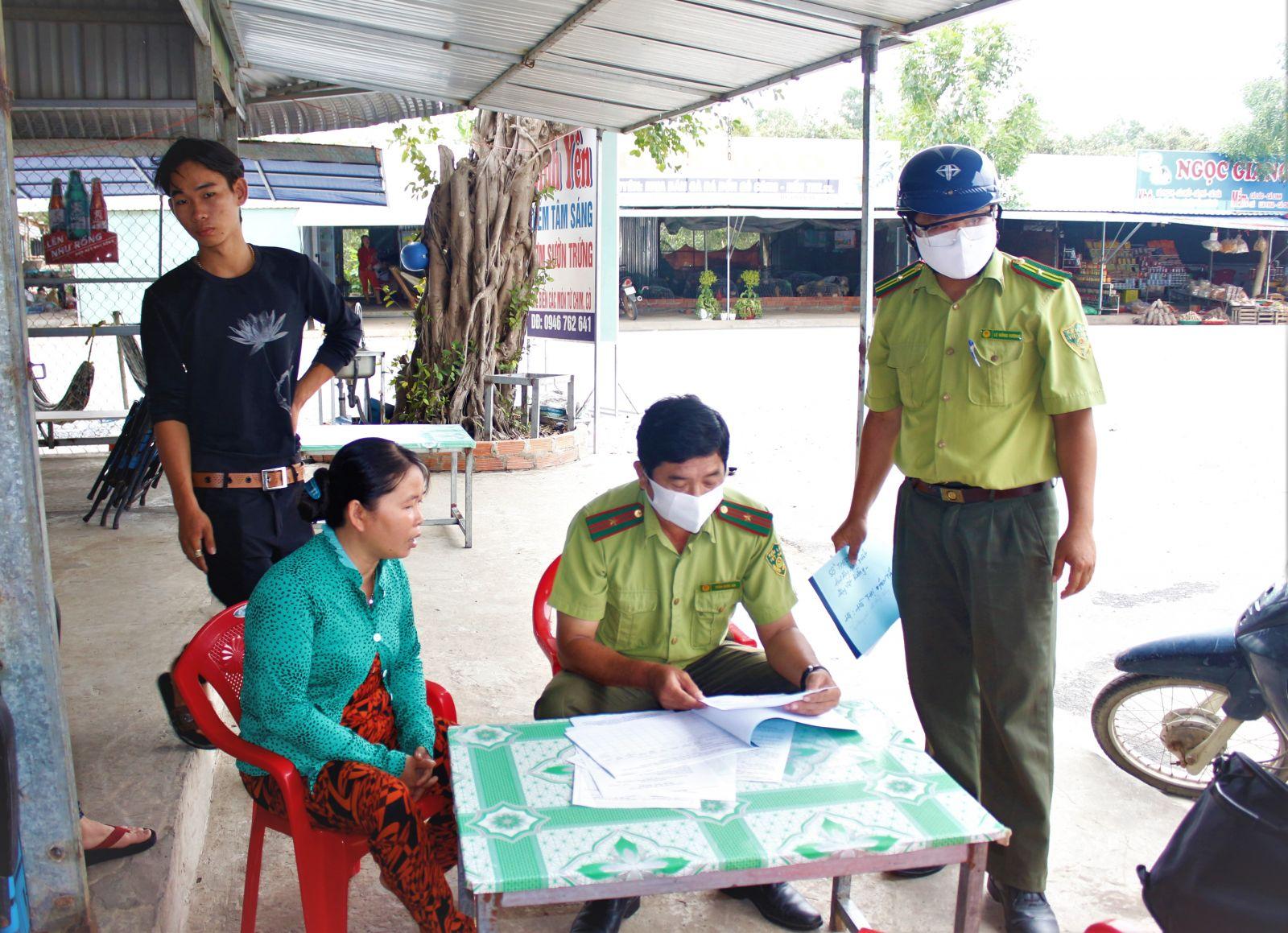 Đội Kiểm lâm cơ động và Phòng cháy, chữa cháy rừng thuộc Chi cục Kiểm lâm tỉnh kiểm tra nguồn gốc, xuất xứ các loại nông sản được bày bán tại chợ nông sản Thạnh Hóa