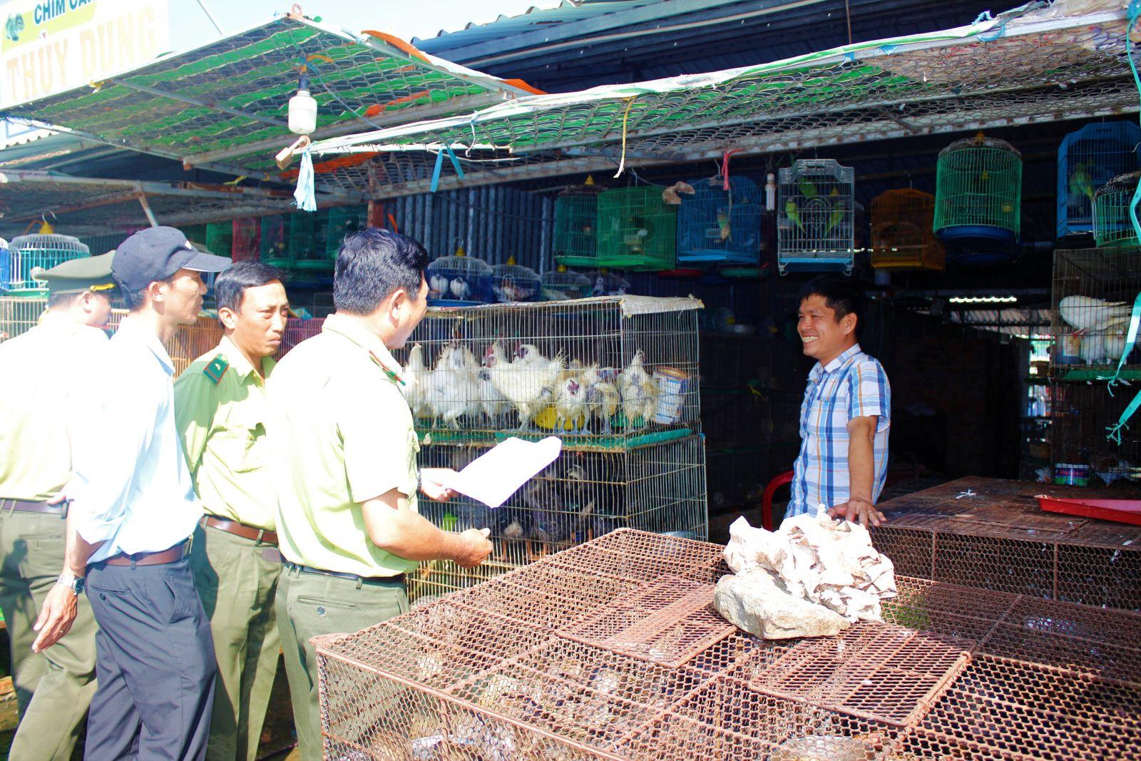 Thường xuyên thông tin, tuyên truyền kết hợp kiểm tra, nhắc nhở các hộ kinh doanh về việc mua bán các loài động vật có nguồn gốc hoang dã