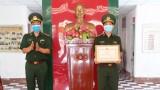 Cán bộ Đồn Biên phòng Sông Trăng nhận bằng khen của Bộ Tư lệnh Bộ đội Biên phòng về phòng, chống dịch Covid-19